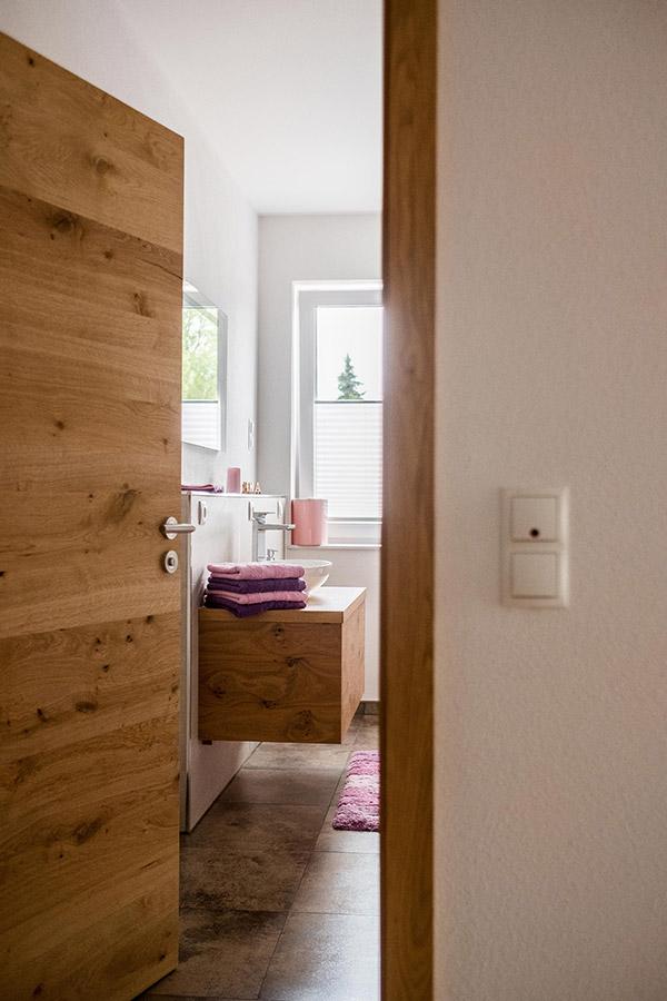 Badezimmer mit Holzelementen