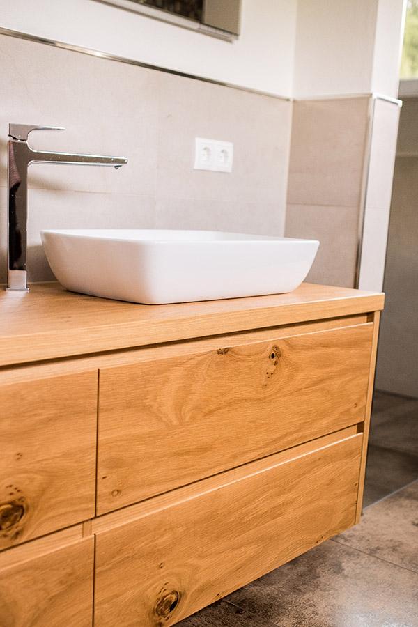 Modernes Waschbecken im Bad