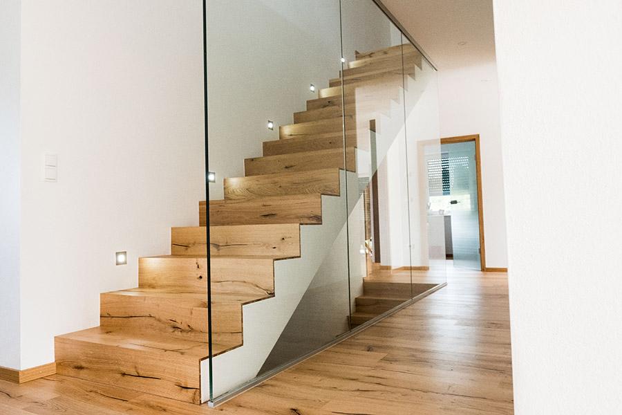 Holztreppe mit Glas von Meindl Bau